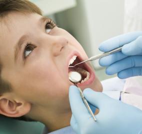 Suggerimenti per aiutare i bambini a superare la loro paura del dentista